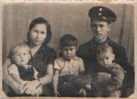 Когда Валерка (он в середине) был маленьким, частенько напевал любимую песню родителей «Под крылом самолета о чем-то поет зеленое море тайги».Фото из семейного архива Валерия Алешева