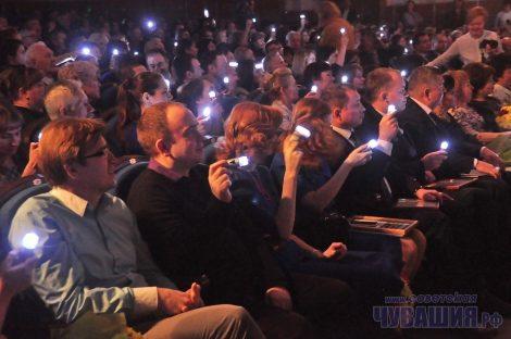 На торжестве журналистам пришлось освещать не только событие, но и сам концертный зал – с помощью маленьких фонариков, подаренных им в качестве символа профессионального праздника.Фото Олега МАЛЬЦЕВА