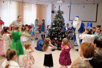 Первая в истории Красноярска елка на чувашский лад понравилась и взрослым, и малышам.Фото чувашской национально-культурной автономии