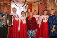 Музыкальный подарок к юбилею жительницы самого маленького поселка подготовили солисты Саланчикской фольклорной группы.Фото cap.ru
