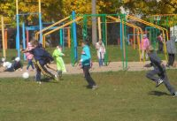 В школе № 29 работает 6 спортивных секций: помимо привычных футбола и волейбола дети увлекаются в том числе каратэ, гимнастикой, спортивной ходьбой.Фото sosh29.ucoz.ru