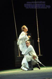Сценографией спектакля занимался сам постановщик, обойдясь лишь печкой, березами и веревками.Фото Олега МАЛЬЦЕВА
