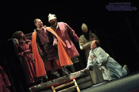 Первые зрители приняли спектакль с восторгом. Судя по всему, ему предстоит долгая сценическая жизнь.Фото Олега МАЛЬЦЕВА