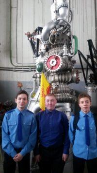 На экскурсии гимназисты тоже ходили с флагом Чувашии.Фото cap.ru