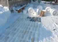 Чтобы сделать гусеницы для танка, потребовалось около 150 ледяных элементов.Фото из архива Алексея Федорова