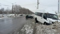 Легковушка и микроавтобус столкнулись на нерегулируемом перекрестке.