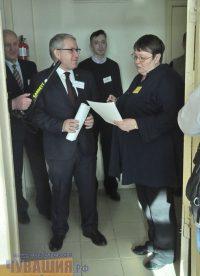 Министр образования Юрий Исаев перед экзаменом тоже прошел паспортный контроль...Фото Олега МАЛЬЦЕВА