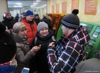 Участники квеста интервьюируют банковского клиента.Фото Эдуарда ВАЖОРОВА