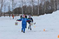 В программу эстафеты спортивных семей входит и аккуратная ходьба с коромыслом.Фото cap.ru