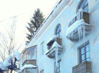 Если у вас на балконах, на козырьке подъезда висят сосульки или образовалась большая снежная шапка, позвоните в управляющую компанию или ТСЖ. Не стоит сбивать сосульки самим.Фото Ольги ЛЕБЕДЕВОЙ