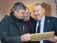 Валерий Газзаев и глава администрации Шумерли Александр Зиновьев увлеченно разглядывали исторический снимок.Фото cap.ru