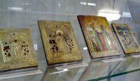 Среди выставленных икон – литые, печатные на металле и эмалевые.Фото автора