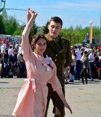В прошлом и позапрошлом году 9 Мая вальс в Чебоксарах танцевали в парке Победы.Фото Павла ЕГОРОВА