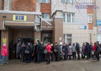 И у офиса «ЕТК», и у диспетчерского павильона на улице Привокзальной десятки чебоксарцев томились вчера в ожидании заветных карт.Фото Максима ВАСИЛЬЕВА