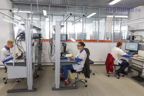 По словам главного эксперта Анатолия Шестакова, среди участников состязаний по компетенции «Электроника» девушки – большая редкость, но от юношей они не отстают и работу выполняют качественно.Фото Максима ВАСИЛЬЕВА