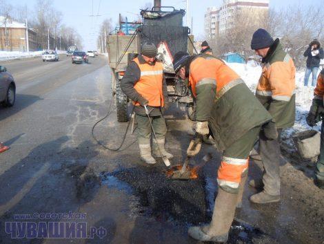 Больше всего дороги весной разрушают тяжелые фуры.Фото Олега МАЛЬЦЕВА