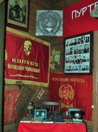 Красные знамена, врученные колхозу за высокие производственные показатели, хранятся в музее. Начал создаваться в 1960 году, располагается в здании школы, построенном просветителем Иваном Яковлевым, имеет около 5000 экспонатов.Фото Олега МАЛЬЦЕВА
