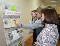 Специально к конференции сотрудники библиотеки развернули выставку «Газета на все времена».Фото polytech21.ru