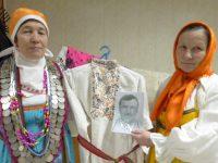 Реликвия семьи Денисовых – рубашка, принадлежавшая деду, Захару Иванову, пропавшему без вести на фронтах Великой Отечественной войны. Недавно его внучке Серафиме (справа) удалось отыскать фотографию деда.Фото автора