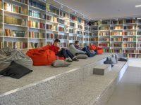 Боголюбовская поселковая библиотека во Владимирской области служит образцом «библиотеки будущего», где читальный зал – это трехъярусный амфитеатр.Фото cap.ru