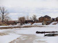 Безмятежная пока Кокшага может показать свой крутой норов до самых окон коттеджа. Фото Эдуарда Важорова