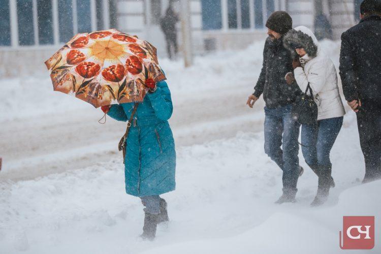 «Зиму перезимовали, осталось перезимовать весну», — шутили жители республики, торопясь поутру на работу.Фото Максима Васильева
