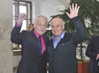 Журналист «СЧ» Леонид Никитин был рад встретить на празднике верного друга газеты Ивана Долгушина.Фото Олега Мальцева