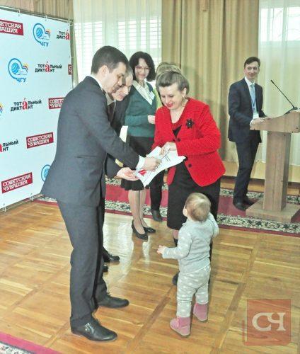 Педагог Наталья Семенова получала награду за пятерку вместе с дочкой, годовалой Машей.Фото Олега Мальцева