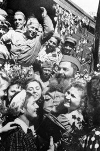 Встреча воинов-победителей на Белорусском вокзале. Москва. Май 1945 года.
