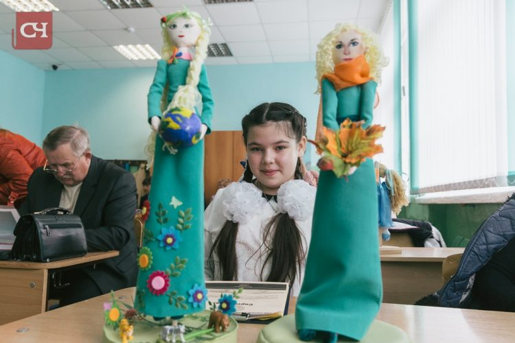 Начинающая рукодельница Наташа Решнова пошагово рассказала, как сделать текстильную куклу в подарок учителю.Фото Максима Васильева