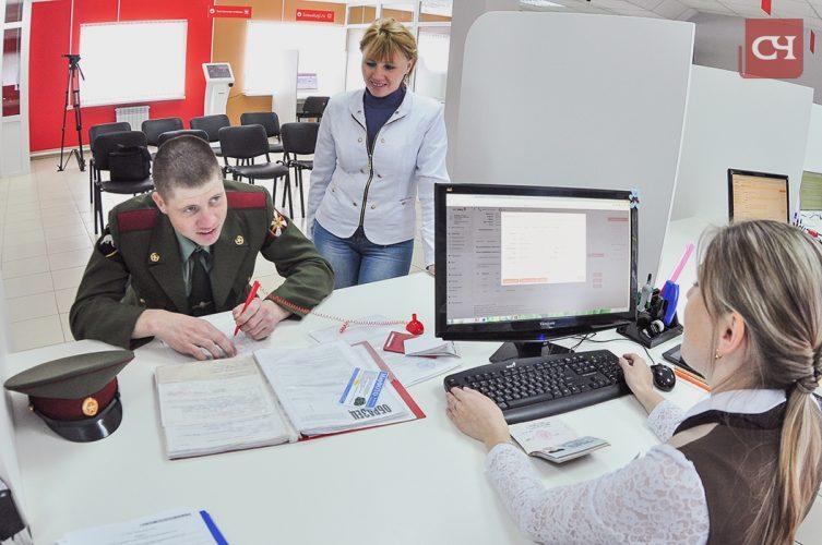 Всего несколько минут потратил кадикасинец Денис Егоров, чтобы подать документы на замену паспорта в Моргаушский МФЦ.Фото Олега Мальцева