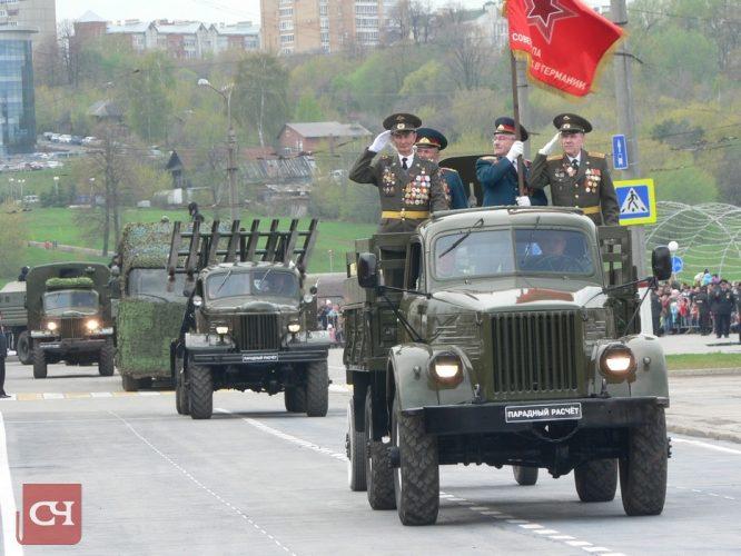 Всего в параде участвовало 60 единиц военной техники, в том числе героическая трехтонка ЗИС-5, ракетный комплекс залпового огня БМ-13, более известный под ласковым именем «катюша», и легендарный танк Т-34 .Фото Олега Мальцева