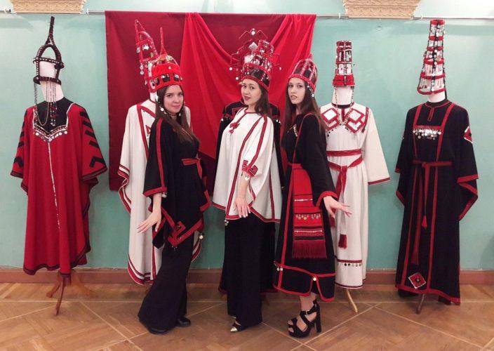 На одном из мастер-классов Ирина Шонова учила петербуржцев кроить платье-рубаху.Фото cap.ru