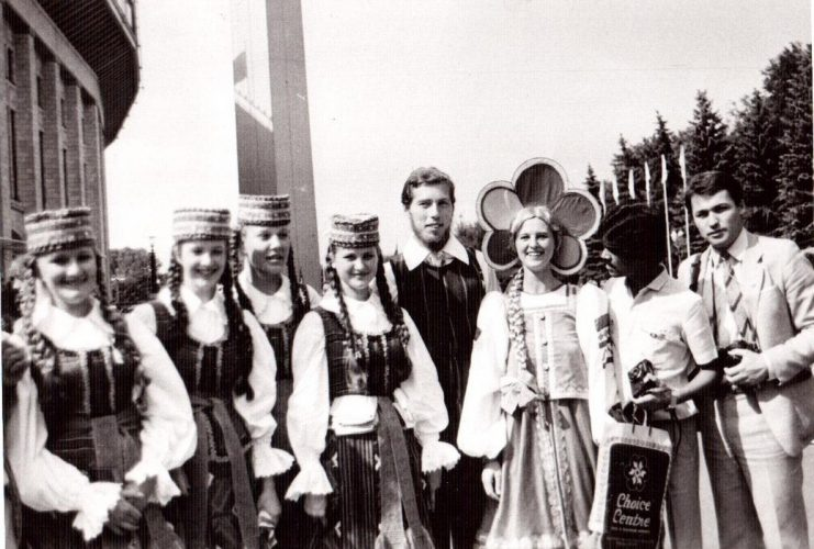 По Москве в те дни  ходили девушки в костюмах талисмана фестиваля — Катюши. Каждый старался с ними сфотографироваться, вспоминает Вадим Мальцев.