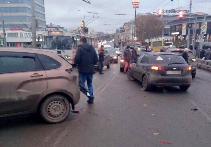 Автобус сотказавшими тормозами протаранил восемь легковых автомобилей умоста вЧебоксарах
