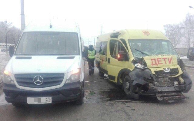 Шофёр маршрутки неуступил дорогу школьному автобусу— ДТП вЧебоксарах