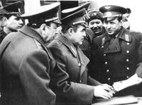 Командир полка Михайлов (справа) докалдывает обстановку космонавту Николаеву (в центре)