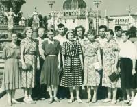М. Гущина (в центре) в составе сборной легкоатлетов Чувашии - участников I летней Спартакиады народов России 1956 года