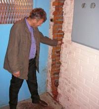 водосточная труба внутри подъездной стены