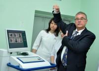 Бенджамин Вельч рассказывает про новое диагностическое оборудование. Фото О. Мальцева