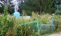 Заброшенный обелиск в честь героев Великой Отечественной войны в одной из деревень Ядринского района
