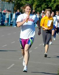 Задан высокий темп. Успеть бы за олимпийской чемпионкой Еленой Николаевой   (эстафета «СЧ», 2007 год). Фото из архива редакции.