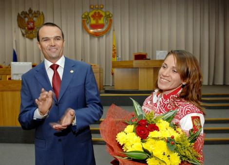 Михаил Игнатьев поздравляет бронзового призера Олимпиады-2012 Татьяну Архипову
