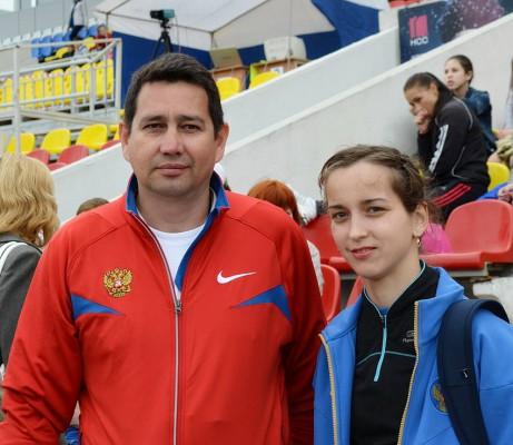 Елена вместе со своим тренером Валерием Васильевым на стадионе «Олимпийский» в Чебоксарах во время чемпионата России по легкой атлетике.