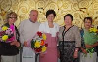 Директор филиала Россельхозбанка И. Письменская (в центре) и управляющий отделением Р. Кондратьева в присутствии наиболее активных пенсионеров-клиентов банка подписали соглашение о доставке пенсий.