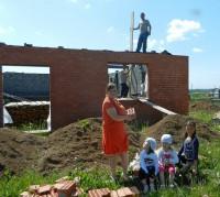 Многодетная семья Алексея и Ирины Фоминых, Ибресинский район, на строительстве своего дома. Фото З. Шитлаевой