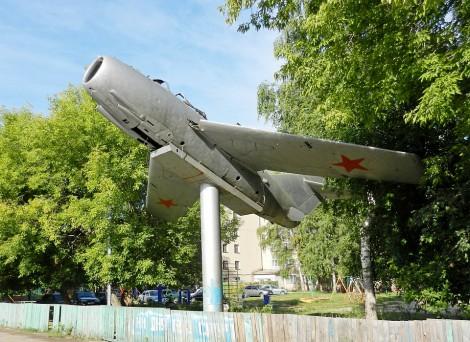 МиГ-15 в одном из дворов по ул. 50 лет Октября в Чебоксарах