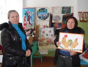 Н.Александрова и Н.Змеева демонстрируют работы сельских кружковцев