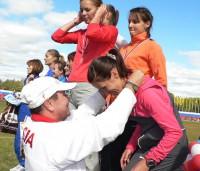 бронзовый призер Олимпиады-2004 Владимир Андреев награждает отличившуюся в эстафете участницу Олимпиады-2008 и бронзовую медалистку Олимпиады-2012 Татьяну Архипову (Петрову).