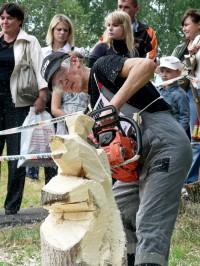 Фестиваль скульпторов по резьбе бензопилой.